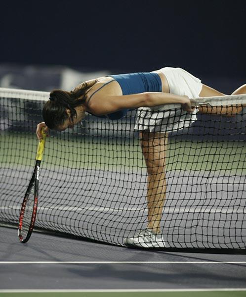 图文:中网女单半决赛 扬科维奇累倒在球场上