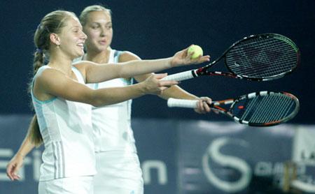 图文:中网女双半决赛 好搭档动作整齐划一