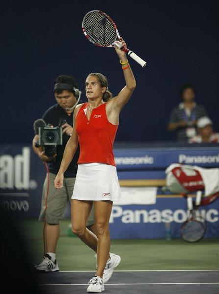 图文:中网女单半决赛 毛瑞斯莫向观众致意