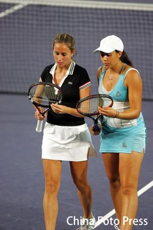 图文:中国女双半决赛 球员在场上商量战术
