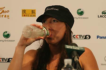 图文:扬科维奇发布会 美少女喝水也迷人