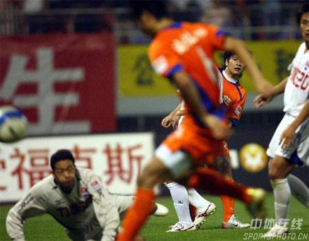图文:中超第27轮山东4-0重庆 双方球员混战