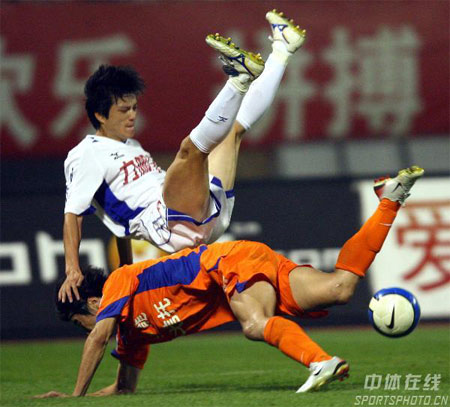 图文:中超第27轮山东4-0重庆 双方队员拼抢