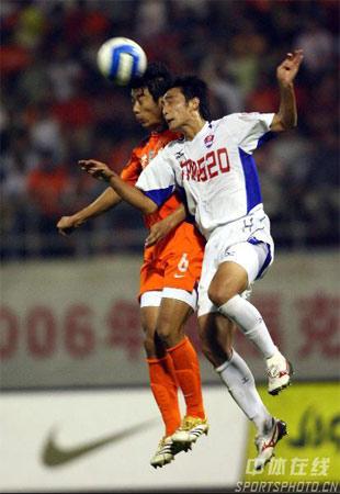 图文:中超第27轮山东4-0重庆 双方队员争顶