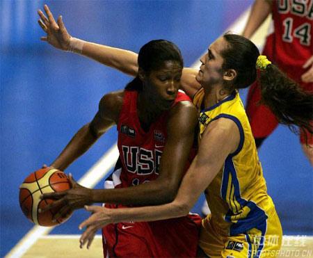 图文:女篮世锦赛美国99-59古巴 队员带球突破
