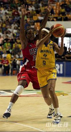 图文:女篮世锦赛美国99-59巴西 巴西队员突破