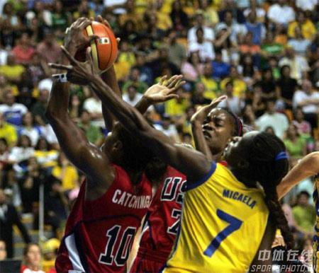 图文:女篮世锦赛美国99-59古巴 双方球员拼抢