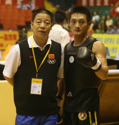 图文:武术散打世界杯第二日 张教练和爱徒合照