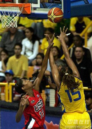 图文:女篮世锦赛美国99-59古巴 美队员封对手
