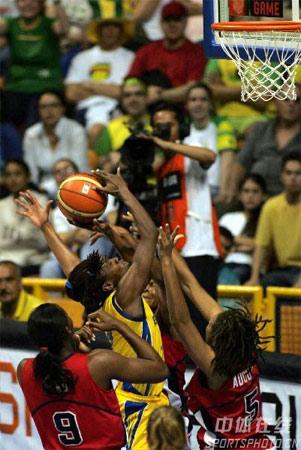图文:女篮世锦赛美国99-59古巴 巴西队员上篮