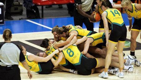 图文:女篮世锦赛澳大利亚夺冠 澳队员拥抱庆祝