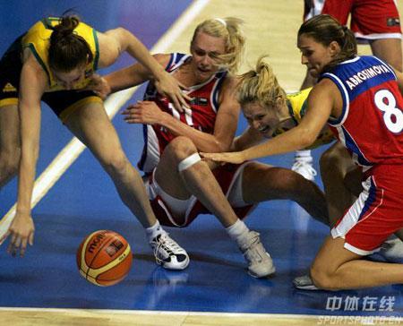 图文:女篮世锦赛澳大利亚夺冠 双方激烈拼抢