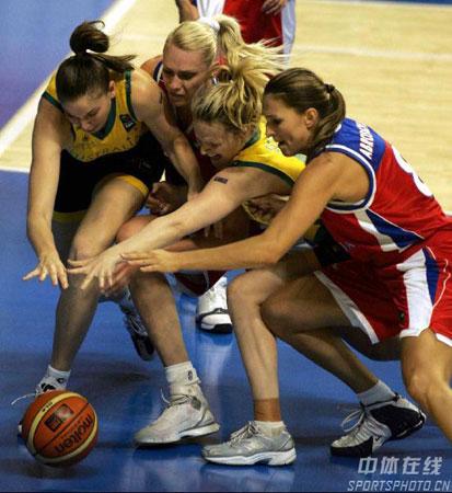 图文:女篮世锦赛澳大利亚夺冠 双方积极拼抢