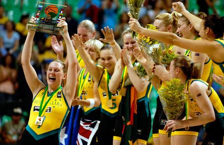 世锦赛图:澳大利亚胜俄罗斯 泰勒高高举起奖杯