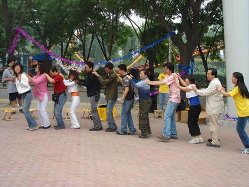 图文:旅游博客群主持人带领博友跳兔子舞