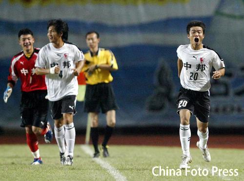 图文:深圳主场0-2联城 联城队员庆祝进球