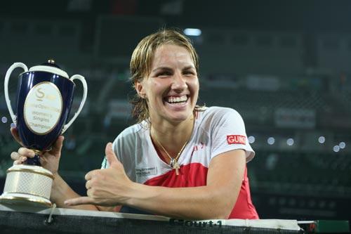 图文:2006中网女单决赛 库兹为胜利竖起大拇指