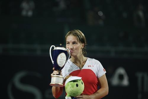 图文:06中网女单决赛 库兹娃亲吻冠军奖杯