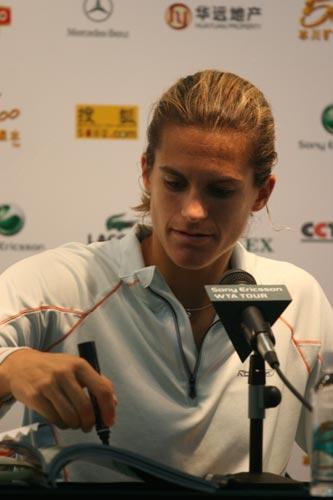 图文:06中网女单决赛 毛瑞斯莫赛后留下签名