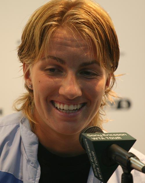 图文:中网女单冠军赛后发布会 库兹娃喜形于色
