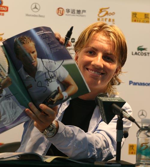 图文:中网女单冠军赛后发布会 库兹娃展示签名