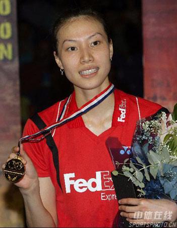 图文:羽球世锦赛谢杏芳夺冠 向媒体展示金牌
