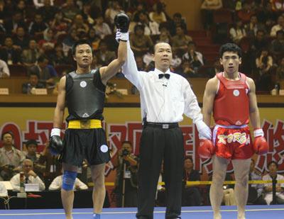 图文:散打世界杯中国11金 裁判宣布中国获胜
