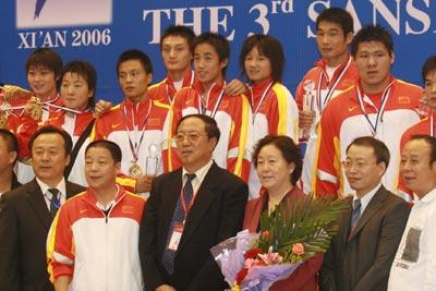 图文:散打世界杯中国11金 冠军队员集体全家福