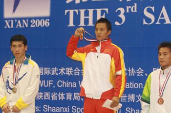 图文:散打世界杯中国11金 于飞彪展示金牌