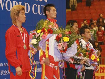 图文:散打世界杯中国11金 姜冲锋在冠军台上