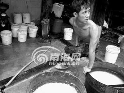 月饼馅加工场肮脏不堪 作坊里工人光膀作业(图)