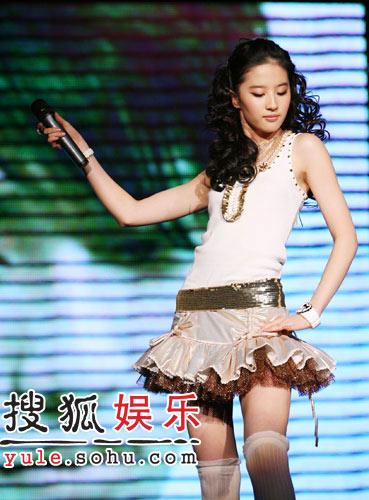 刘亦菲人民大学开歌会 大跳热舞几度走光(图)