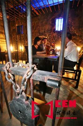 长春街头出现监狱式酒吧 主题另类引发争议(图)
