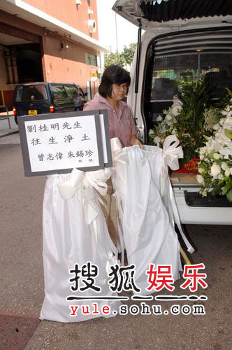 刘嘉玲为亡父设灵 梁朝伟相伴神情哀伤(组图)