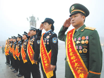 十大人民警察参加升旗仪式