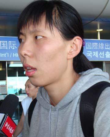 图文:中国女篮抵达北京 陈楠接受采访