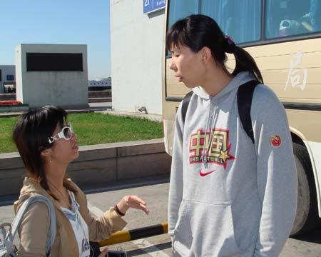 图文:中国女篮抵达北京 陈楠接受专访
