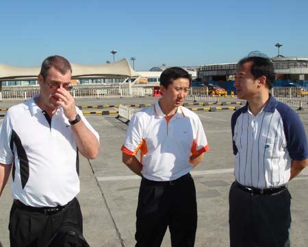 图文:中国女篮抵达北京 篮协领导到现场