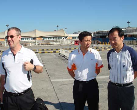 图文:中国女篮抵达北京 马赫与篮协领导