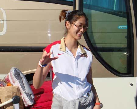 图文:中国女篮抵达北京 隋菲菲摆pose