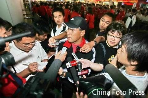 图文:中国羽毛球队载誉归来 李永波被记者包围