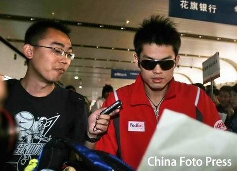 图文:中国羽毛球队载誉归来 搜狐体育采访林丹