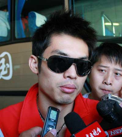 图文:中国羽毛球队载誉归来 林丹接受采访