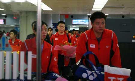 图文:中国羽毛球队载誉归来 队员走出机场