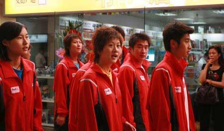 图文:中国羽毛球队载誉归来 二队队员焦急等待