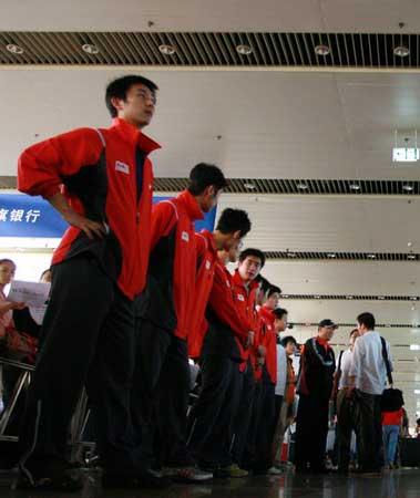 图文:中国羽毛球队载誉归来 二队队员列队迎接