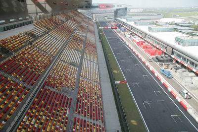 """直击:上海F1进入倒记时 各车队""""见车不见人"""""""