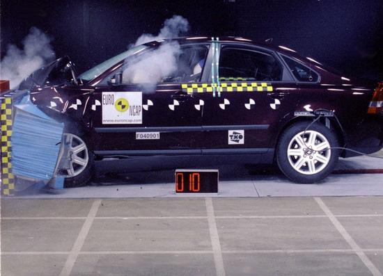 奥迪 保护 沃尔沃/(在欧洲NCAP2004年公布的碰撞测试结果中,沃尔沃S40获得...