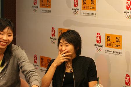 图文:女篮队员做客搜狐聊天 苗立杰和陈楠大笑