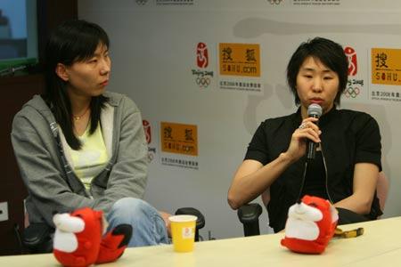 图文:女篮队员做客搜狐聊天 苗立杰回答问题